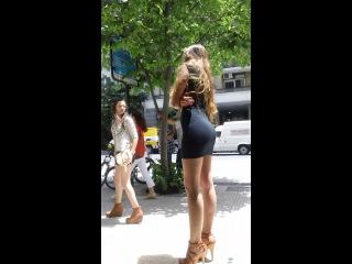 Красотка в мини-платье и на каблуках - просто огонь девочка!